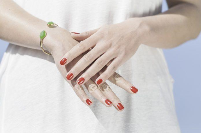 Czym jest manicure winylowy?