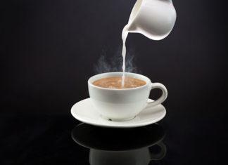 Kawa z mlekiem czy bez? Poznaj najlepsze przepisy